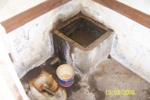 Bak WC dengan air tergenang di rumah tak berpenghuni