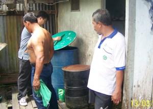 Dr. Oentoro sedang Memeriksa Tempat Penampungan Air milik warga